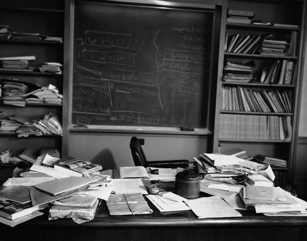 ¿Crees Que Eres Desordenado/a? Te Impactará Saber De Quién Es El Escritorio De Esta Foto