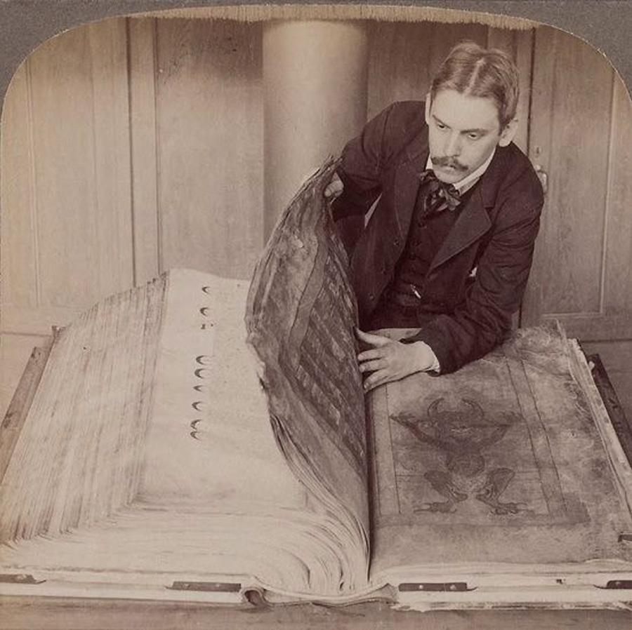 Fotografía Del Día: La Biblia Del Diablo