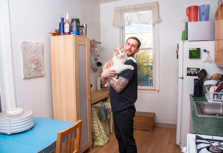 """Este Fotógrafo Rompe El Estereotipo De """"La Loca De Los Gatos"""" Con Estas Fotos De Hombres Con Gatos"""