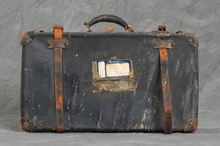 maletas-asilo-mental-abandonado-3
