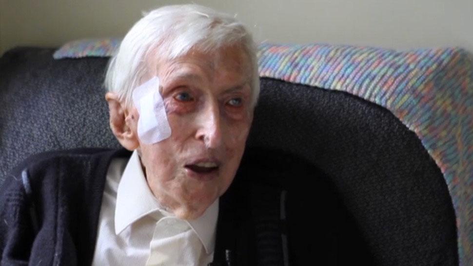 El Hombre Más Viejo de Australia (109 Años) Dedica Su tiempo A Hacer Jerseys A Pinguinos Heridos
