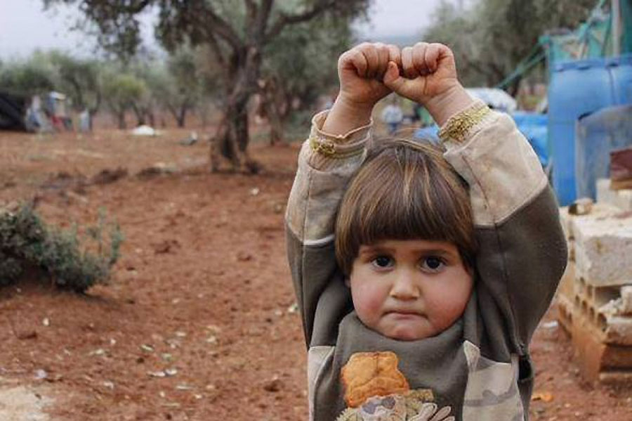 """La inquietante foto del niños sirio que se """"rinde"""" y que está dando la vuelta al mundo"""