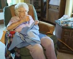 anciana-viste-ninos-1