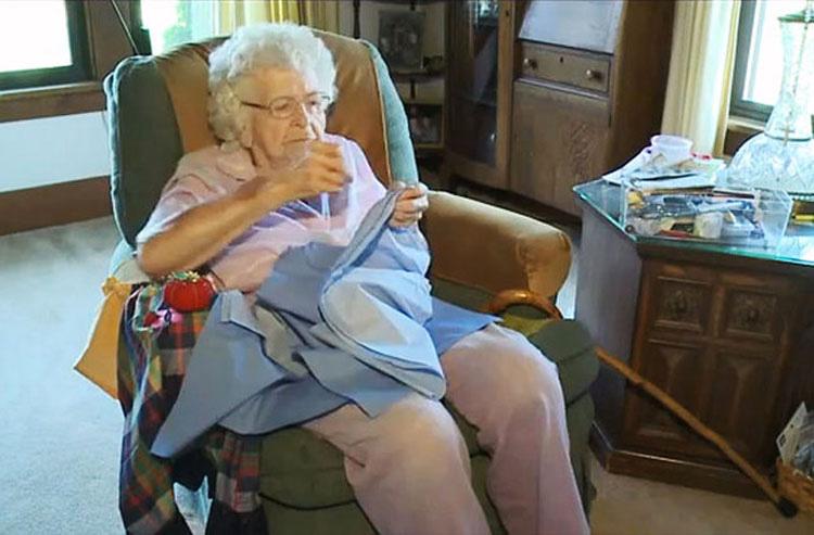 Esta anciana de 99 años hace cada día un vestido para niñas necesitadas 1
