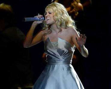 Empieza a cantar, pero ATENTOS a su vestido cuando la música comienza... ¡IMPRESIONANTE!