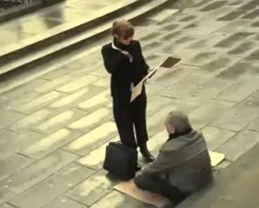 Esta mujer se acerca a un hombre ciego y sin hogar, y hace ESTO. ¡Estamos sorprendidos!