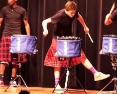 Cinco chicos en Faldas aparecen en el escenario. Cuando empiezan los tambores nos quedamos hipnotizados