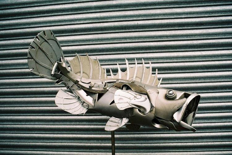 Este Artista Transforma Tapacubos Abandonados En Increíbles Esculturas De Animales