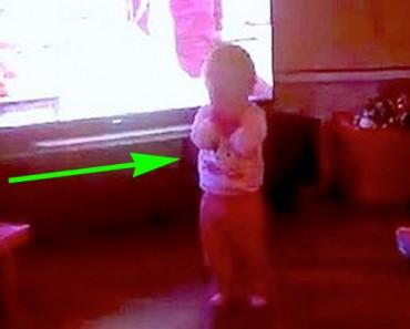 MÍRALO DE CERCA: Hay gente que piensa que un fantasma golpea a esta niña
