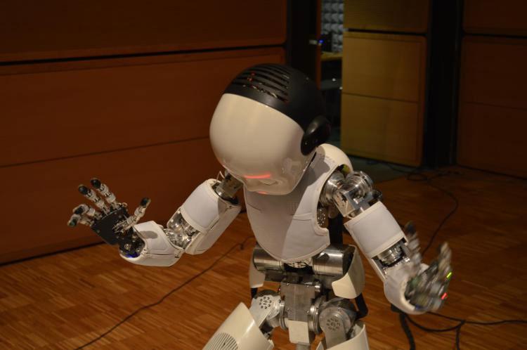 Este es iCub, el niño humanoide que es capaz de expresar emociones en su cara y al hablar