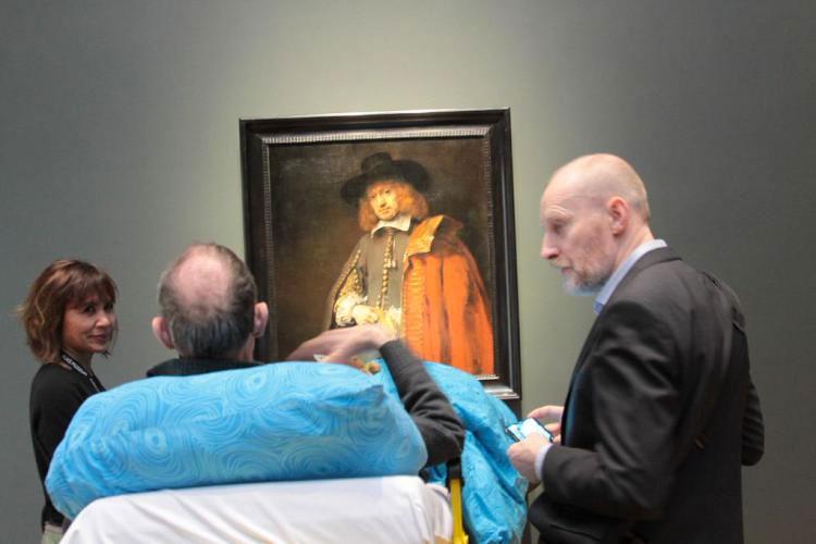 Una Mujer En Estado Terminal Es Trasladada En Ambulancia Al Rijksmuseum Para Que Pueda Visitarlo Por Última Vez