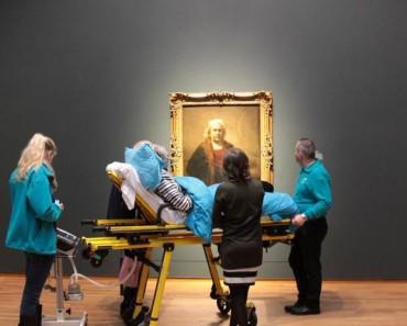 Una Mujer En Estado Terminal Es Trasladada En Ambulancia Al Rijksmuseum Para Que Pueda Visitarlo Por Última Vez 3
