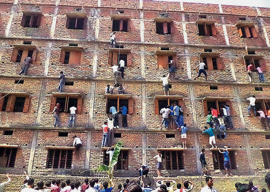 Padres en India se suben a paredes de escuelas para ayudar a sus hijos en los exámenes