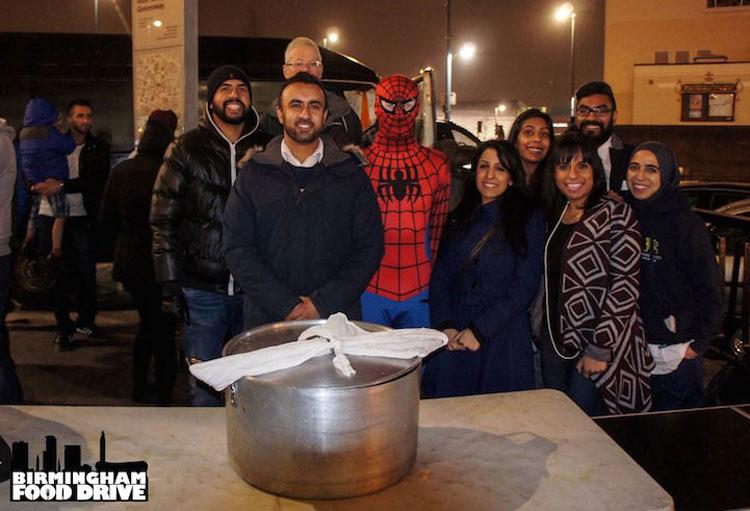 Este Spider-Man anónimo reparte alimentos a personas sin hogar cada noche. UN HÉROE