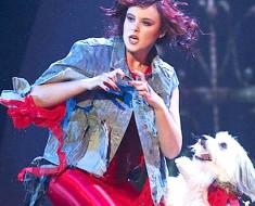 Ella se situa en el escenario, pero cuando la música comienza, ¡los jueces pierden la cabeza!