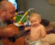 Este bebé nació para el Rock. Espera a ver su reacción cuando su padre interpreta a Bon Jovi