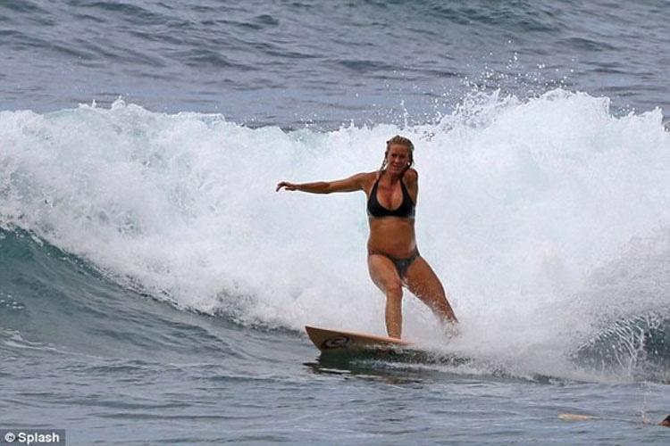 Víctima de tiburón que se convirtió en surfista profesional surfea embarazada de seis meses