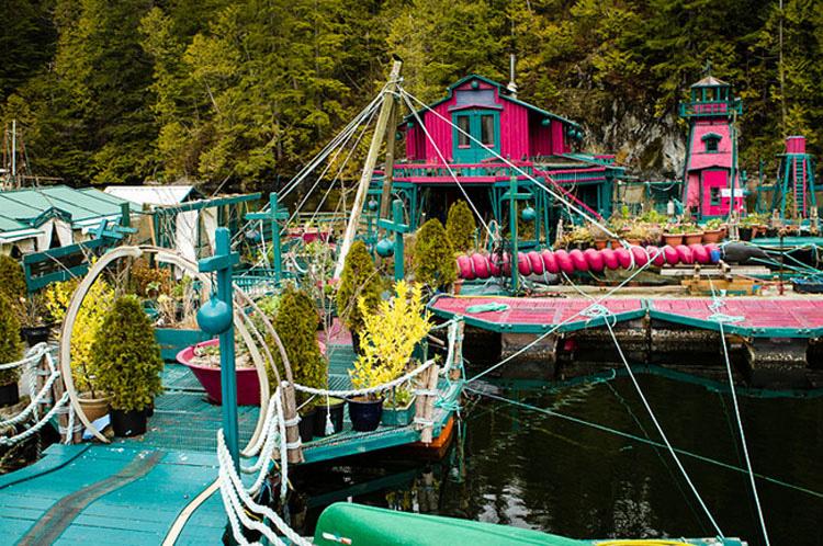 Esta pareja ha pasado 20 años construyendo ésta INCREÍBLE CASA que es una isla flotante