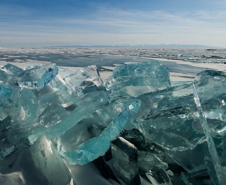 Las increíbles fotos del hielo turquesa que parecen gemas del lago Baikal