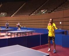 ¿Cómo un hombre SIN brazos domina el tenis de mesa DE ESTA FORMA?