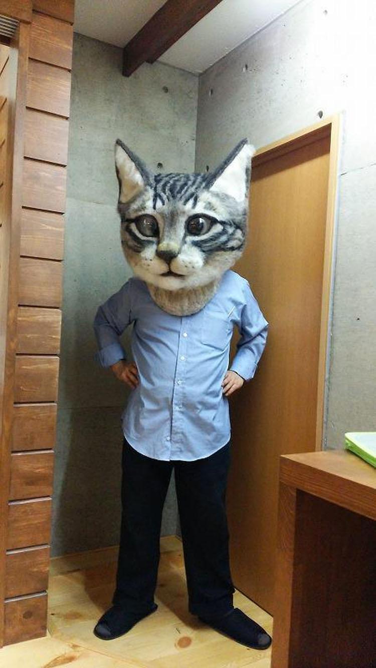 Una cabeza de gato gigante, espeluznante y ultra-realista que puedes usar como máscara