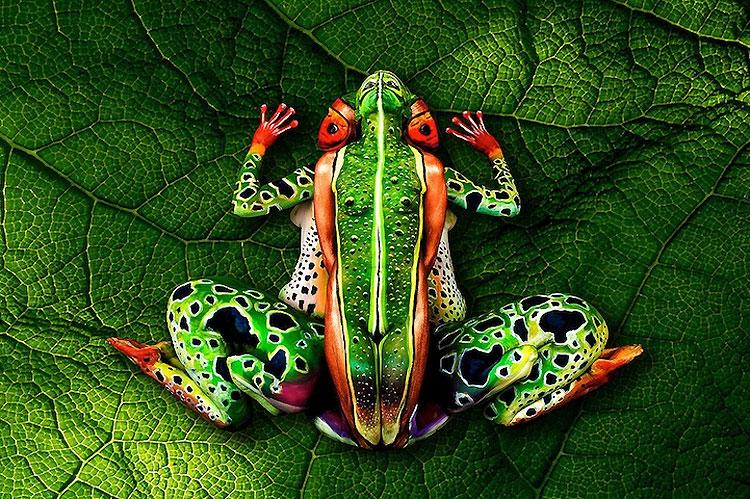 Este camaleón está hecho en realidad con pintura corporal sobre dos mujeres
