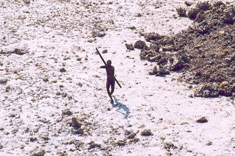 Esta misteriosa isla es el hogar de una antigüa tribu que MATA a los extranjeros 2