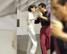 Pide a esta anciana de 92 AÑOS que baile con él, ¿pero qué pasa cuando ella sube al escenario?
