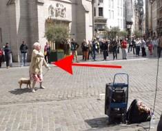 Esta mujer se detiene frente a artista callejero. Lo que hace DESPUÉS es absolutamente hilarante