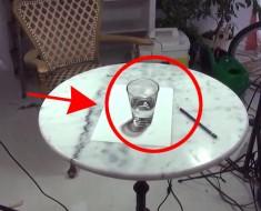 Este vaso de cristal con agua HIPERREALISTA es en realidad un dibujo. VEA el vídeo