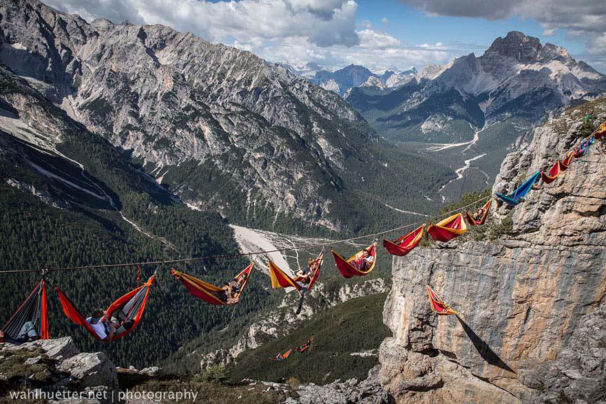 La gente en este festival duerme en hamacas que cuelgan a cientos de metros por encima de los Alpes italianos