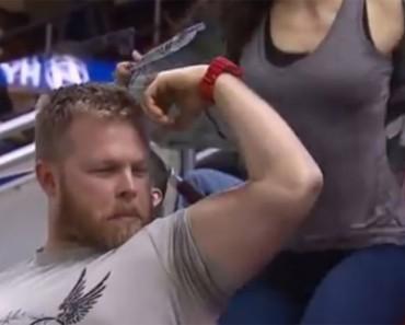 Él muestra sus músculos a todo el mundo, hasta la mujer que tiene detrás HACE ESTO