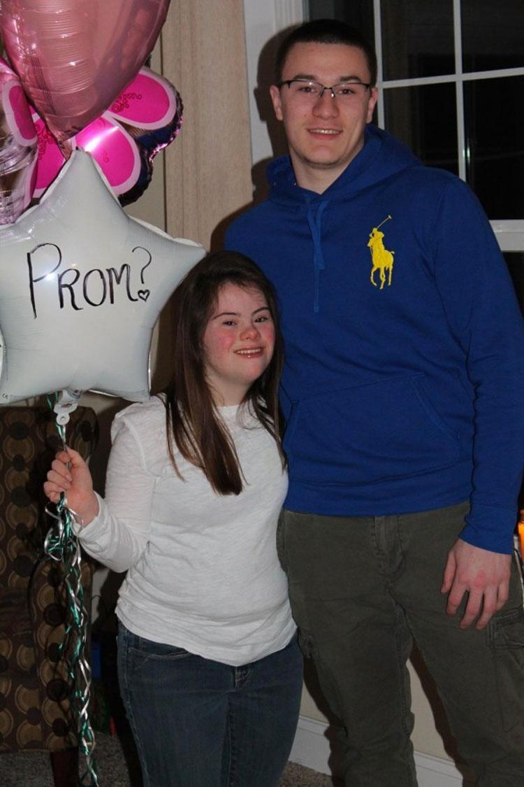 En cuarto grado él le hizo una promesa. Ahora mira lo que hace 7 años después. ¡Estamos SORPRENDIDOS!