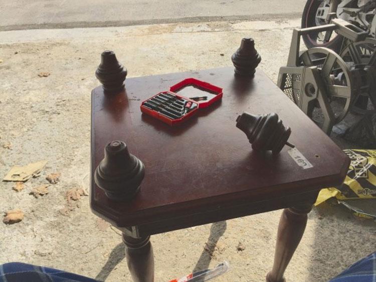 No necesitaba esta vieja mesa, por lo que le dio la vuelta para HACER ALGO ÚNICO