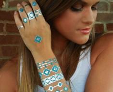 Estos tatuajes metálicos temporales se convertirán en la tendencia de belleza de este verano
