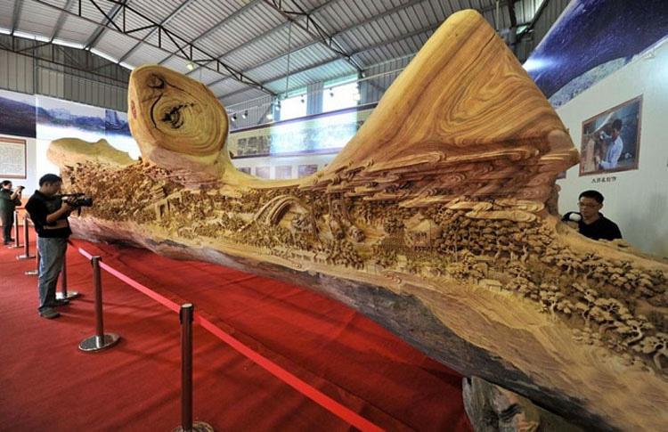 Parece un viejo y podrido tronco de madera, pero al verlo más de cerca se revela ALGO ÉPICO