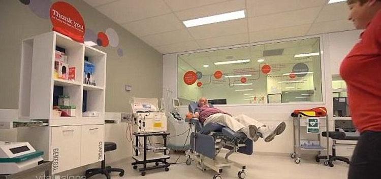 El hombre del brazo de oro ha salvado a millones de bebés debido a su raro tipo de sangre