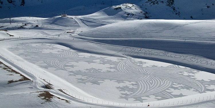 Parecen marcas aleatorias de neumáticos en la nieve. ¿Pero qué pasa si te alejas? ¡INCREÍBLE!
