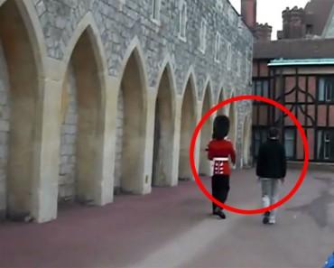 Esto es lo que ocurre cuando un Guardia de la Reina pierde la PACIENCIA con un turista