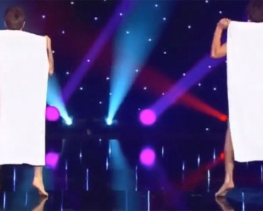 Estos muchachos subieron al escenario agarrando toallas. Cuando se dan la vuelta, ¡Oh Dios mío!