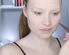 Parece que ella sólo se pone algo de maquillaje, pero al final... ¡OH DIOS MÍO!