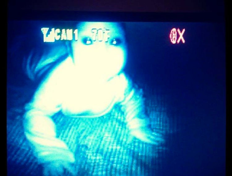 """13 momentos en que los monitores de bebés capturaron """"algo"""" HORRIPILANTE"""