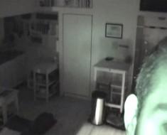 Fíjate bien en el apartamento de este hombre. Este vídeo se volvió viral por una razón aterradora...