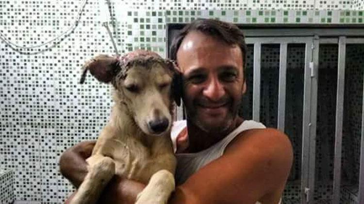 Él se quita su camisa, justo a tiempo para salvar la vida de un perro moribundo