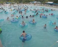 La mayoría de la gente ve una piscina llena de niños, pero este socorrista ve ALGO MUCHO MÁS ATERRADOR