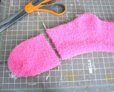 Ella corta su viejo calcetín por la mitad. ¿El Resultado? ¡BRILLANTE!