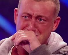 Este tímido hombre CONMOCIONA a la audiencia. Cuando ve a su abuela en el minuto 2:43. ¡Yo también estoy llorando!