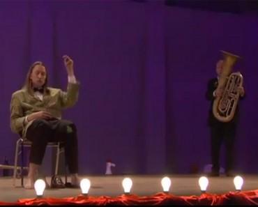 Una banda de música toma el escenario con una actuación que nunca has visto. Simplemente SORPRENDENTE