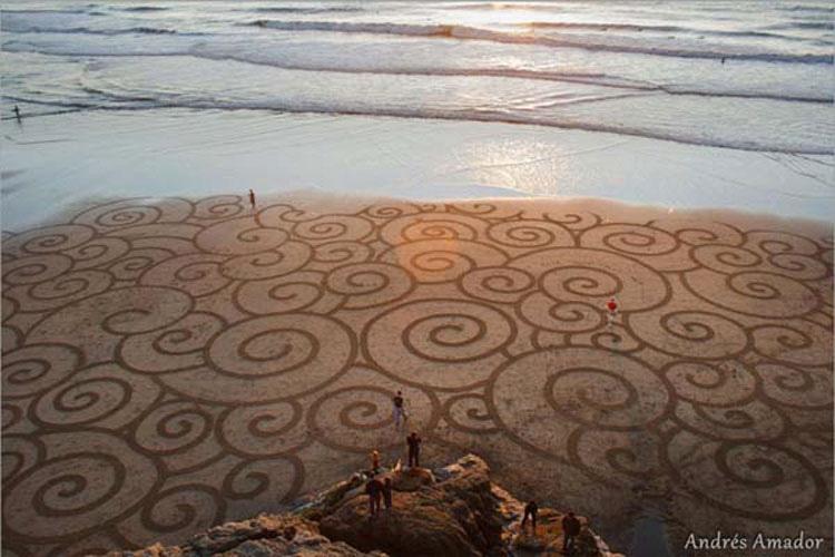 Un hombre hace algo con un simple rastrillo en la playa. Cuando nos alejamos para verlo... ¡WOOOW!