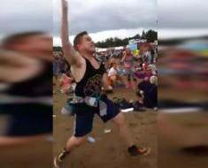 Este chico baila como si nadie le estuviese mirando. ¡En el segundo 17 me quedé boquiabierto!